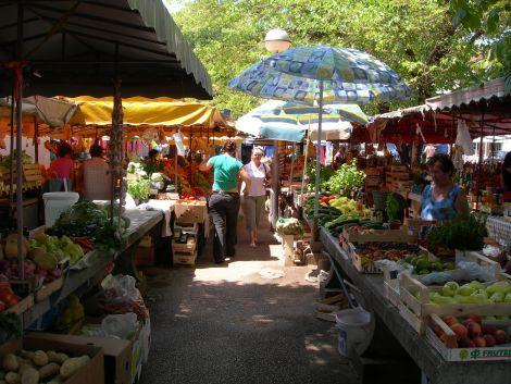 Místní tržnice žije bujarým životem